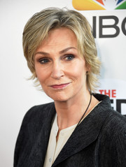 Jane Lynch attended the Red Nose Day Special wearing a layered razor cut.