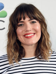 Mandy Moore wore beachy waves with wispy bangs at the Red Nose Day Special on NBC.
