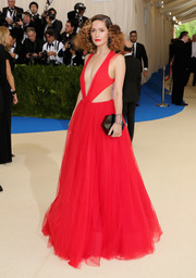 Rose Byrne paired her gown with a geometric hard-case clutch by Edie Parker.