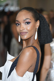 Jourdan Dunn attended the 2017 Met Gala wearing a ponytail that started out sleek before fanning out into a frizz.