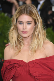 Doutzen Kroes looked gorgeous with her beach-chic waves at the 2017 Met Gala.