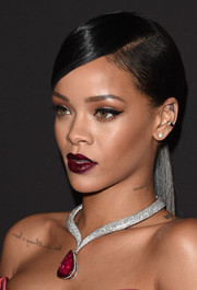 For her lips, Rihanna chose a dark red hue that matched her beautiful neckpiece.