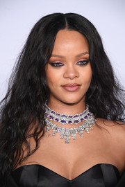 Rihanna decorated her decolletage with a stunning diamond chandelier necklace by Chopard.