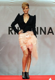 In true Rihanna style, she completed her look with an edgy pair of black ankle booties. Hot.