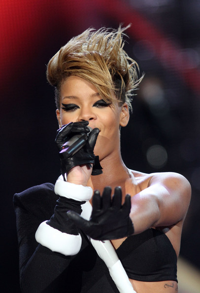Rihanna Spiked Hair [singer,performance,glove,music artist,singing,blond,microphone,finger,hand,photography,pepsi super bowl fan jam,miami beach,florida,singer rihanna]