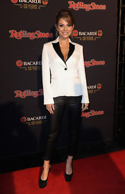 Maria topped off her look with black platform slingbacks.