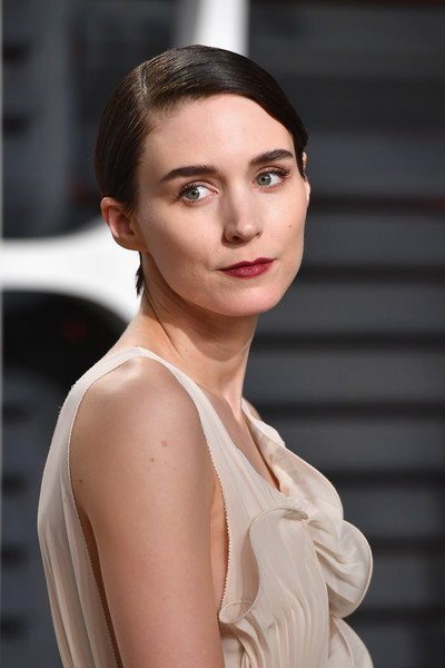 Rooney Mara Red Lipstick [oscar party,vanity fair,hair,face,fashion model,lip,beauty,skin,hairstyle,eyebrow,chin,fashion,beverly hills,california,wallis annenberg center for the performing arts,rooney mara,graydon carter - arrivals,graydon carter]