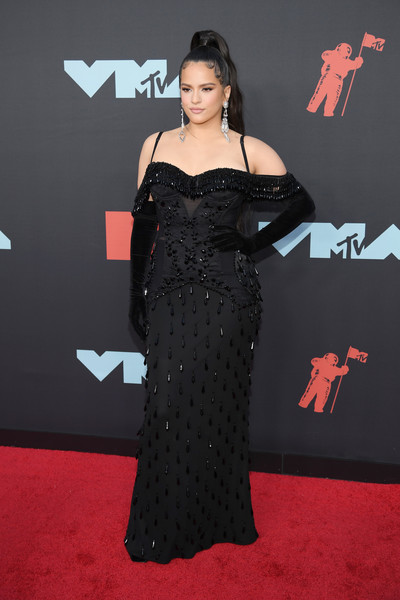 Rosalía Full Sleeve Gloves [clothing,carpet,red carpet,dress,shoulder,premiere,flooring,fashion,joint,gown,arrivals,rosal\u00e3 a,mtv video music awards,prudential center,newark,new jersey]