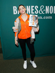 For her footwear, Rose McGowan chose a pair of ultra-modern white sneakers.