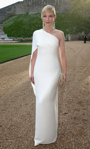 Cate Blanchett looked stunning, as always, in a crisp white one-shoulder gown by Ralph Lauren at the Royal Marsden celebration.