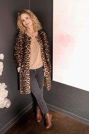 Kyra Sedgwick kept the rest of look casual with a pair of gray skinny jeans and a nude V-neck sweater.