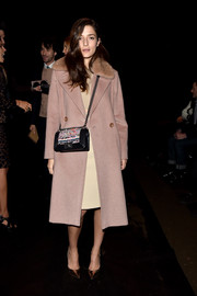 Eleonora Carisin teamed her coat with pointy gold pumps.