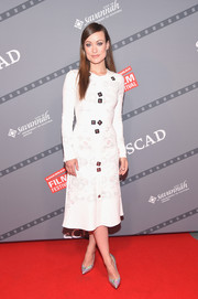 Olivia Wilde styled her dress with a pair of iridescent silver pumps by Casadei.