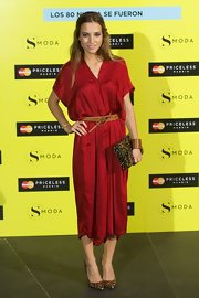 Ana Fernandez chose a ruby red draped dress for a cool and relaxed look.