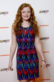 Maisie Smith brought a vibrant mix of colors to the 'Sam & Cat' premiere with this zigzag-print dress.