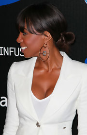 Kelly paired her her sleek blazer with gold hoop earrings with a decorative square in the middle.