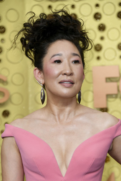 Sandra Oh Messy Updo [hair,face,hairstyle,lady,beauty,pink,skin,chin,eyebrow,lip,arrivals,sandra oh,emmy awards,microsoft theater,los angeles,california]