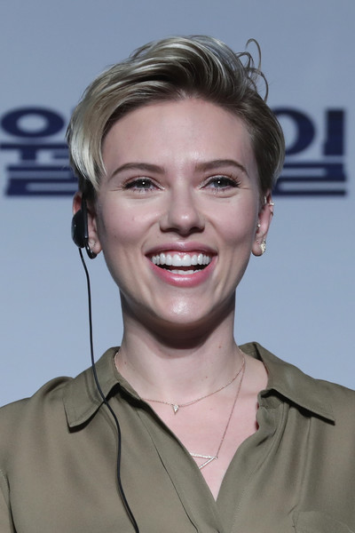 Scarlett Johansson Fauxhawk [ghost in the shell seoul press conference,release,hair,face,facial expression,hairstyle,chin,eyebrow,blond,lip,forehead,smile,scarlett johansson,seoul,south korea,grand intercontinental hotel,paramount pictures,press conference,seoul premiere]