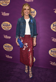 Julie Bowen matched her footwear with a blue leather foldover clutch.