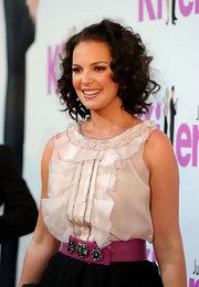 Katherine Heigle wore her darker-than-normal tresses in medium curls.