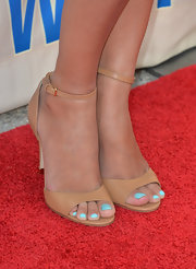 Hannah Simone showed off her pretty teal pedi with a pair of tan ankle sandals.