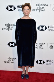 Annette Bening kept it minimal in a loose navy velvet dress by Sofie D'Hoore at the 2018 Tribeca Film Festival premiere of 'The Seagull.'