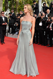 Rosie Huntington-Whiteley walked the red carpet looking sublime in a subtly beaded gray strapless gown by Gucci Premiere.