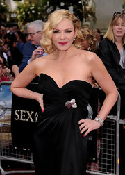 Kim Cattrall dazzled in her Thierry Mugler gown. She finished off her dress with a 1930's ruby and diamond swirl double clip brooch in platinum.