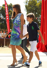 Elizabeth Hurley embraced the warm temps in Australia in a summery shift dress and cork pumps.