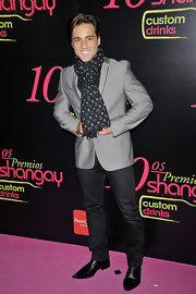 David wears a patterned scarf over a gray suit jacket at the Shangay Awards.