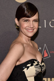 Carla Gugino attended the premiere of 'Billions' season 2 wearing her hair in a chignon with slicked-down bangs.