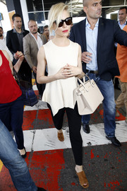 For her bag, Sienna Miller chose a cream-colored leather tote by Kurt Geiger.