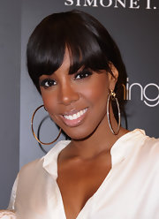 Kelly Rowland paired her elegant bun with large hoop earrings in gold with encrusted gemstones.