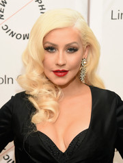 Christina Aguilera amped up the glamour with a pair of diamond chandelier earrings.