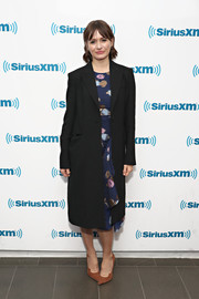 Emily Mortimer tied her look together with a pair of tan suede pumps.