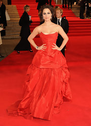 Berenice looked magnificent in this red bustier gown at the 'Skyfall' world premiere.