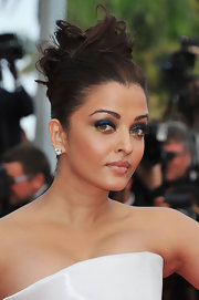 Aishwarya Rai gave her radiant look a boost of color with metallic navy shadow on her upper lids and gold shadow lining the lower lids.