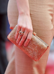 Rachel McAdams kept her look all gold-themed with this gold clutch.