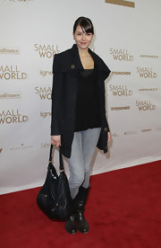 Susan Hoecke opted for a daytime look on the red carpet with a large leather shoulder bag.