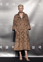 Tilda always keeps us on our toes, and last night she did not disappoint when she donned this mocha patterned coat.