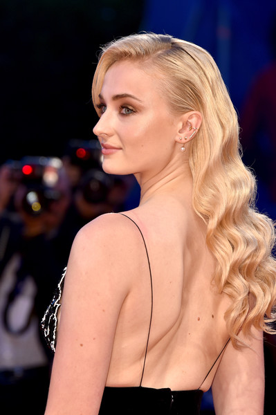 Sophie Turner Retro Hairstyle [hair,fashion model,beauty,blond,human hair color,eyebrow,hairstyle,model,chin,lady,venice,italy,kineo diamanti award ceremony,venice film festival,sophie turner]