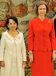 Queen Sofia dressed the part of royalty with this simple yet elegant gold brooch.