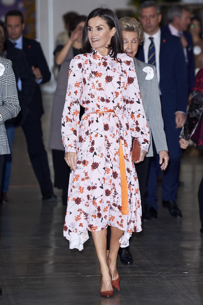 Queen Letizia teamed her frock with a pair of rust-colored pumps.