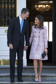 Queen Letizia matched her coat with a pair of pink suede pumps by Lodi.