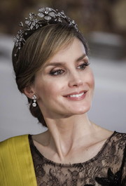 Princess Letizia added elegant sparkle with a lovely pair of dangling diamond earrings.