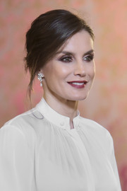 Queen Letizia amped up the glamour with a pair of dangling diamond earrings.