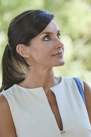 Queen Letizia adorned her lobes with a pair of gold prawn studs by Helena Nicolau.