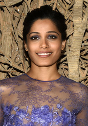 Freida Pinto achieved sexy eyes with lots of purplish-gray shadow.