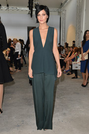 Leigh Lezark chose a simple yet sophisticated outfit, consisting of gray wide-leg pants and a matching sleeveless blouse, for the Sportmax fashion show.