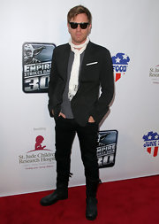 Ewan looked stylish when he hit the red carpet wearing skinny pants, with a black blazer and a thin knit scarf.